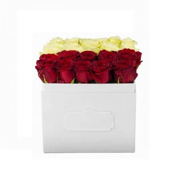 Raudonų ir baltų rožių dėžutė