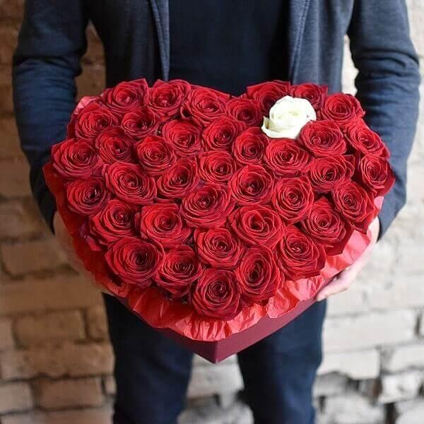 Rožės širdelės formos gėlės dėžutėse