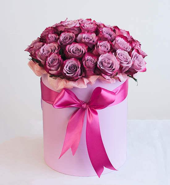 Rožinės rožės gėlės dėžutėje