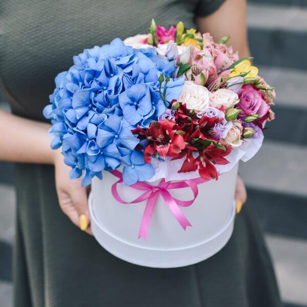 Įvairios gėlės dėžutėje su hortenzija