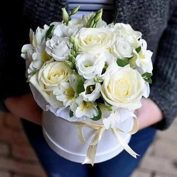 Baltos gelės Laimė gėlės dėžutėse