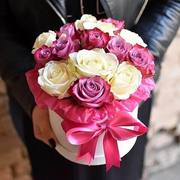 Baltos ir rožinės rožės gėlės dėžutėse