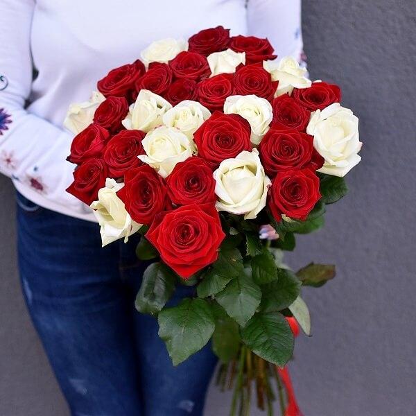 Baltų ir raudonų rožių puokštė