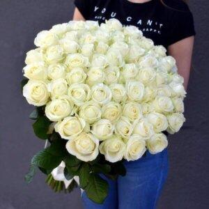 Baltos rožės gėlės puokštėje