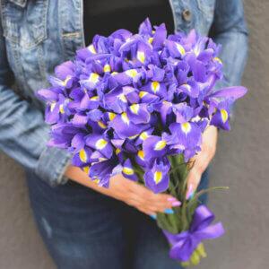 Mėlyni irisai gėlės puokštėse