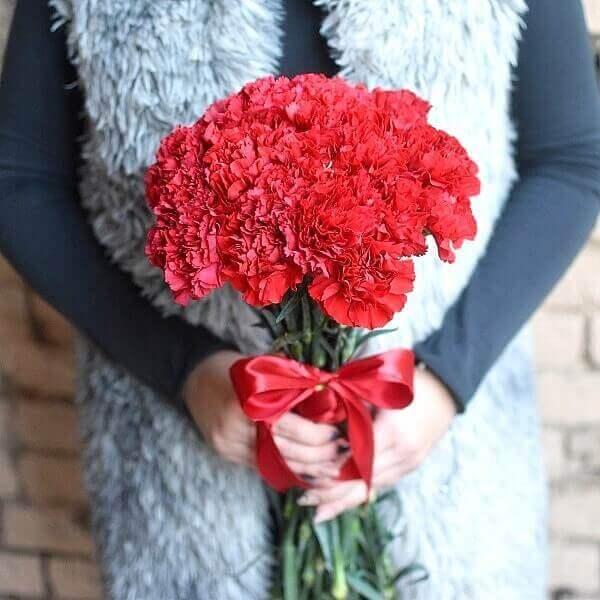 Raudoni gvazdikai gėlių puokštė