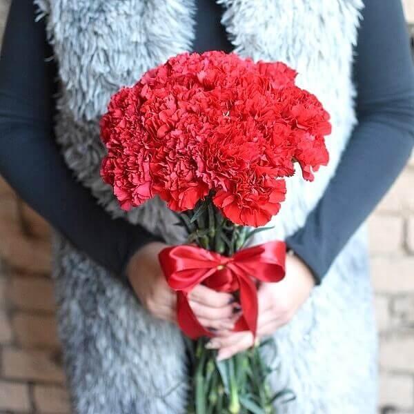 Raudoni gvazdikai gėlių puokštės