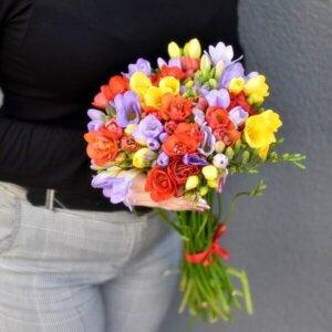 Spalvingos frezijos gėlės puokštėse