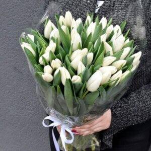Baaltos tulpės gėlės puokštėse