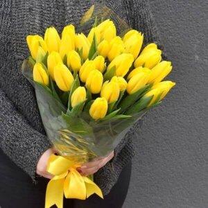Geltonos tulpės gėlės puokštėse
