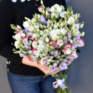 Įvairių spalvų alstromerijos gėlės puokštėse