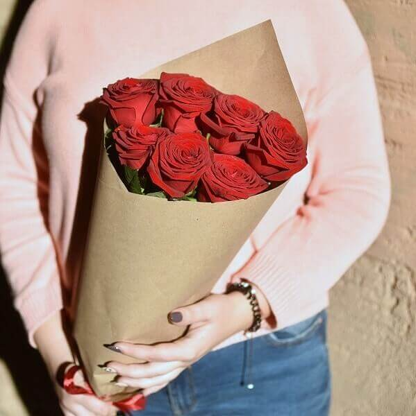 Raudonų rožių laiškelis gėlių puokštės