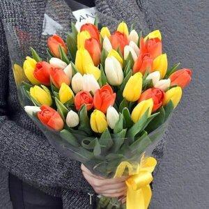 Spalvingos tulpės gėlės puokštėse