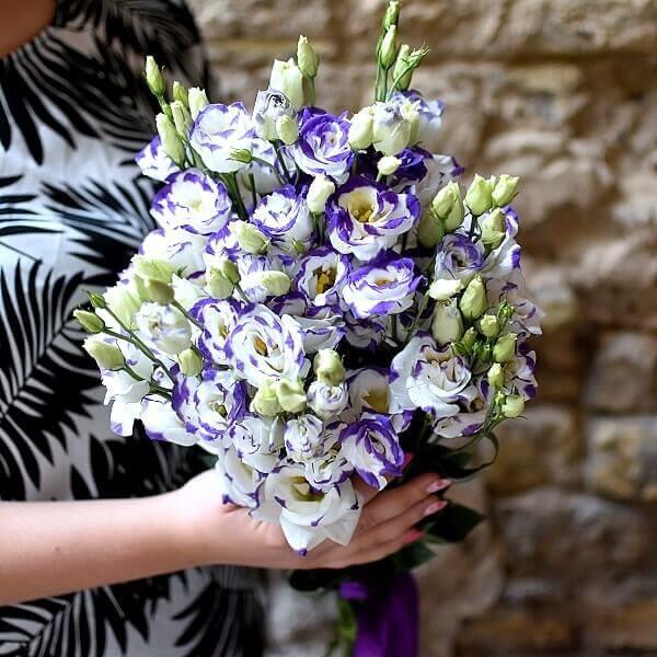 Vienspalvės eustomos gėlių puokštė