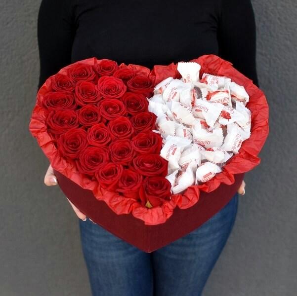 Raudonos rožės dėžutėje su Raffaello