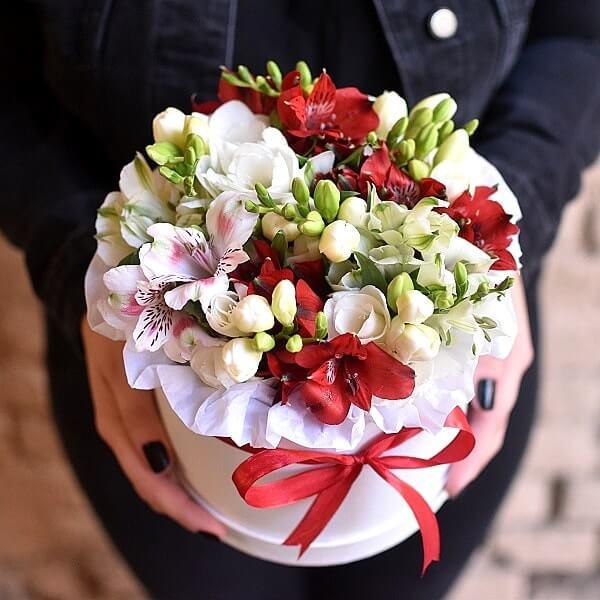 Alstromerijos ir frezijos gėlės dėžutėse