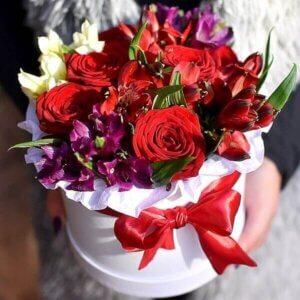 Raudonos rožės ir alstromerijos Prisiminimai gėlės dėžutėse