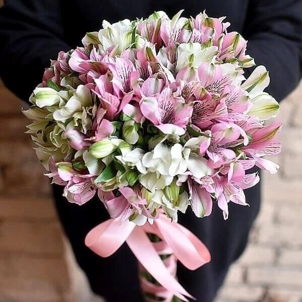 Spalvinga diena alstromerijų gėlių puokštė