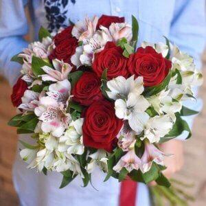 Raudonų rožių ir alstromerijų gėlių puokštė