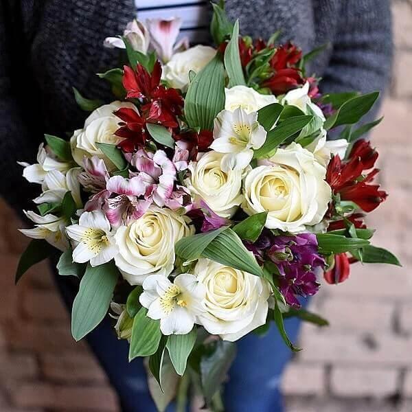 Baltų rožių ir alstromerijų gėlių puokštė Pasiilgau