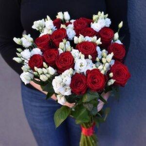 Raudonų rožių ir eustomų puokštė