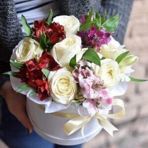 Baltos rožes ir alstromerijos gėlių dėžutėje