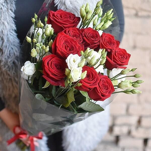 Rožės ir eustomos gėlių puokštės