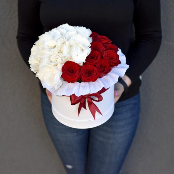 Hortenzijos ir raudonų rožių dėžutė