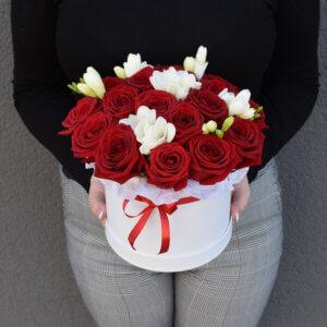 Raudonos rožės ir frezijos dėžutėse