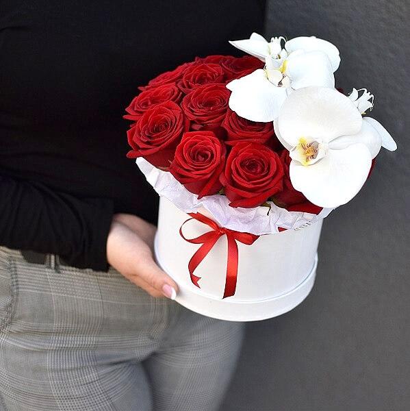 Raudonų rožių ir orchidejų dėžutė