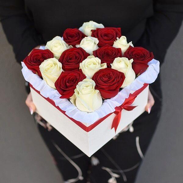 Raudonų ir baltų rožių kvadratinė dėžutė
