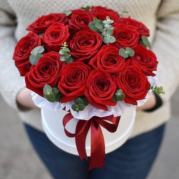 Raudonos rožės ir eukaliptai dėžutėje
