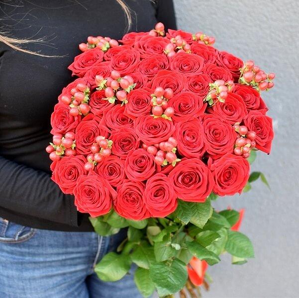Raudonų uogų ir rožių puokštės