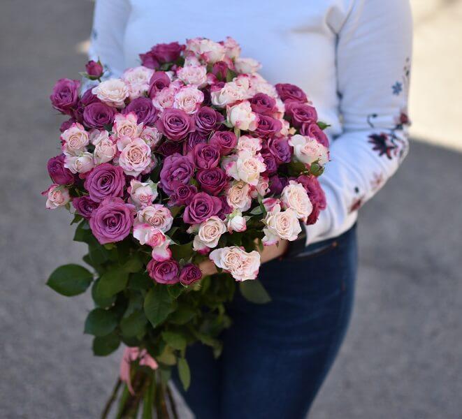 Dviejų spalvų smulkių rožių puokštė