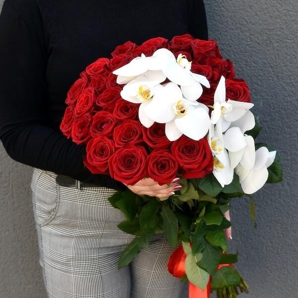 Raudonų rožių ir orchidėjų puokštė