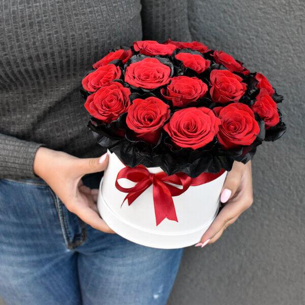 Išskirtinė raudonų rožių su juodais krašteliais dėžutė