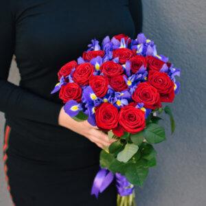 Elegantiška raudonų rožių ir mėlynų irisų puokštė