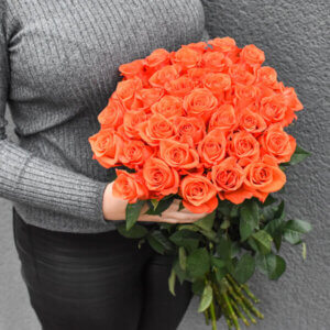 Dovanos merginoms ryškiai oranžinės rožės